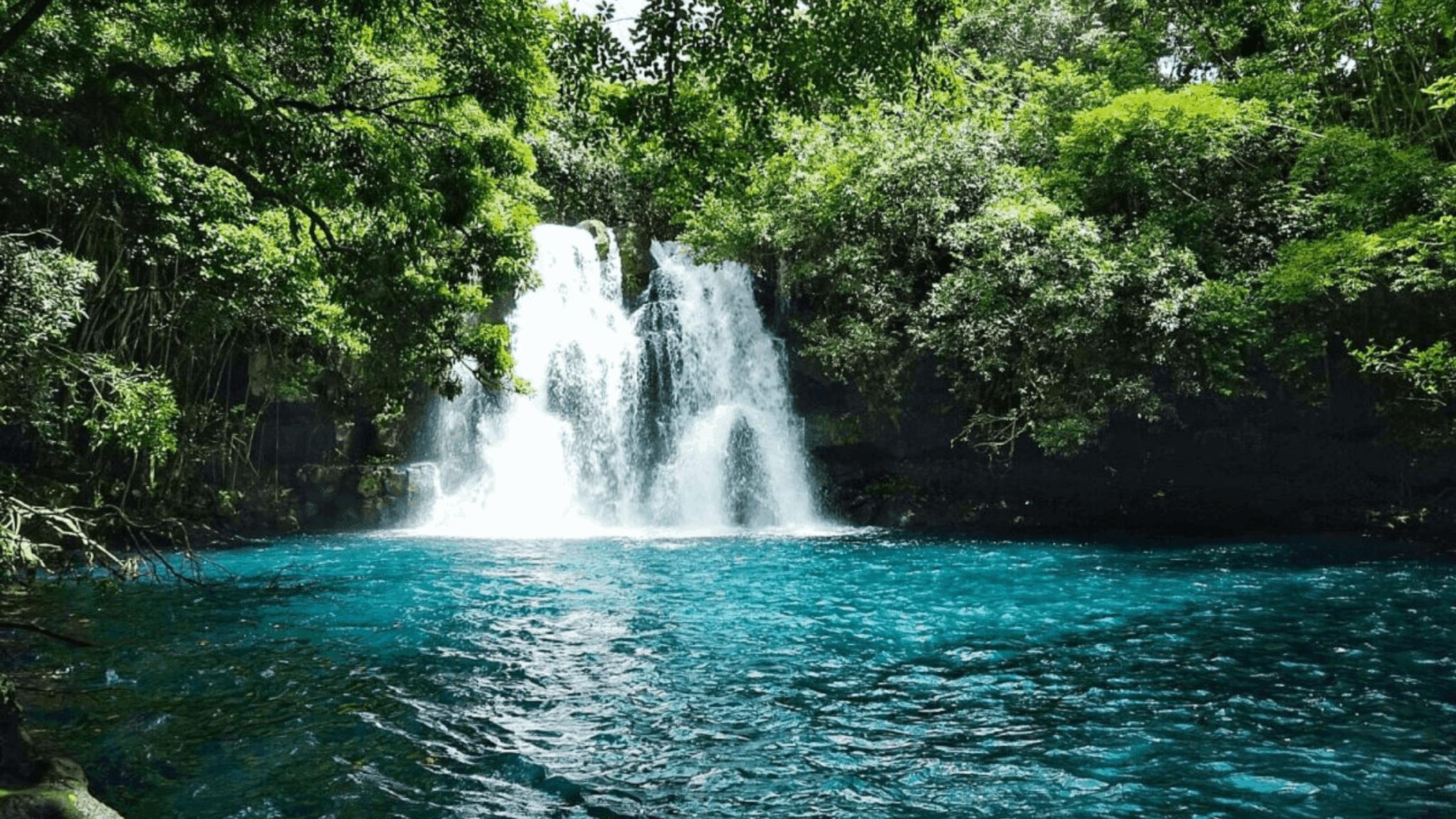 Cascade d'eau bleue